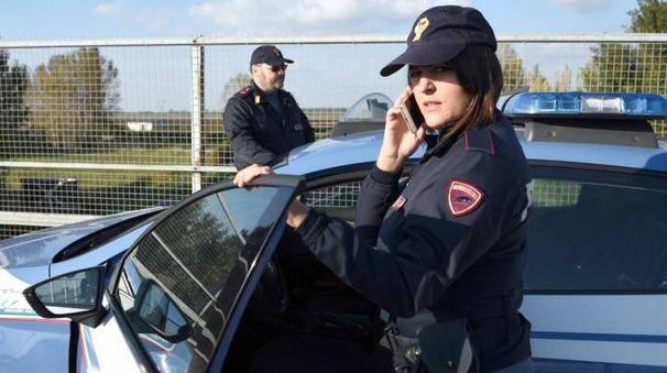 Carabinieri e polizia intervenuti dove è stato segnalato il lancio di sassi (foto d'archivio)
