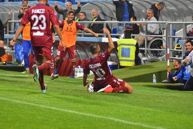 Il gol-vittoria di Cesarini nel derby Reggiana-Modena (foto Artioli)