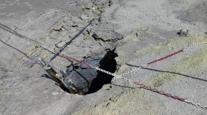 Il cratere della Solfatara di Pozzuoli (Ansa)