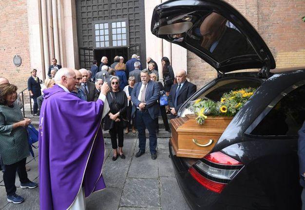 La benedizione della bara arrivata in chiesa (foto Schicchi)