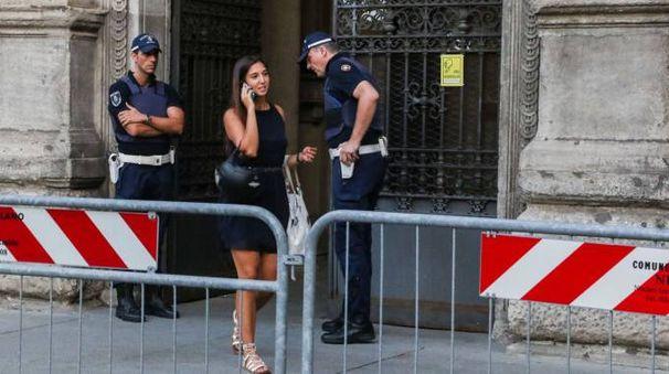 Solo transenne ma niente metal detector davanti a Palazzo Marino (Newpress)