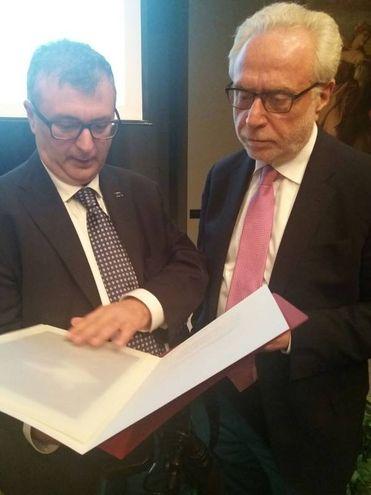 Giovanni Lani mostra a Wolf Blitzer la carella d'arte di Andrea Guerra