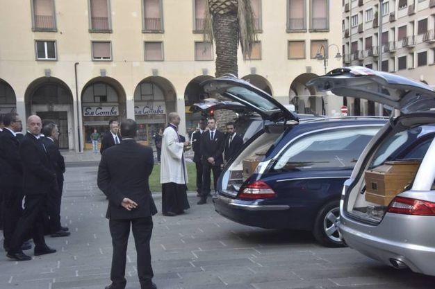 L'arrivo delle bare in duomo a Livorno (foto Novi)