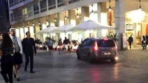 La foto pubblicata dal sito Milano Today che immortala l'auto con targa francese