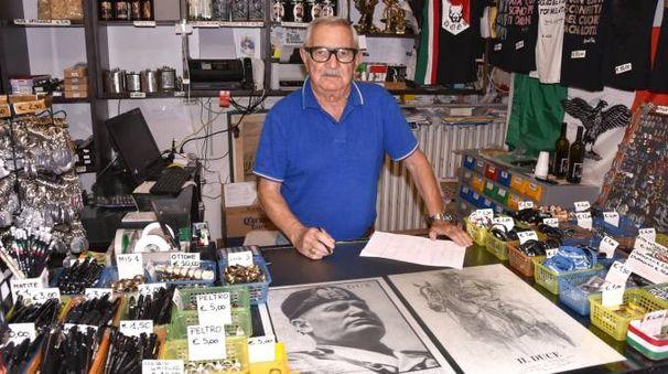 Pierluigi Pompignoli, titolare di un negozio di gadget fascisti a Predappio (Fotoest)