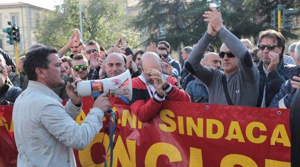 La contestazione fuori dai cancelli della Leopolda (Giuseppe Cabras/New Pressphoto)
