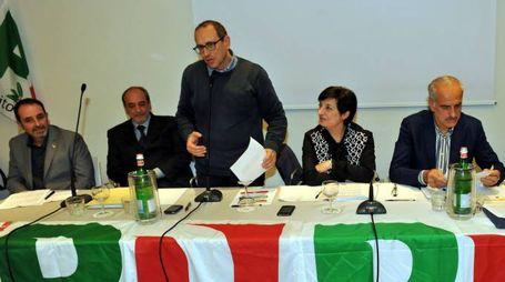 Il sindaco Tommaso Corvatta al tavolo del Pd con il segretario Mirella Franco e il vicesindaco Giulio Silenzi (foto Vives)
