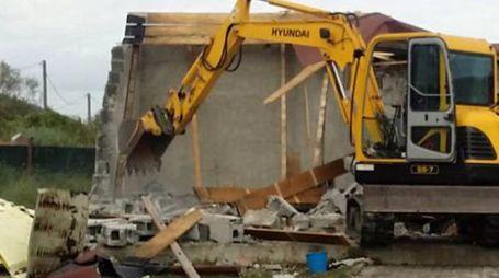 Un momento della demolizione