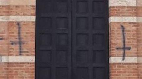 Le croci rovesciate sulla facciata della chiesa di Porta a Mare
