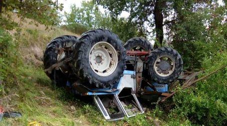Estratto dal mezzo capovolto l'agricoltore è stato trasportato in ospedale con varie fratture, guarirà in 30 giorni