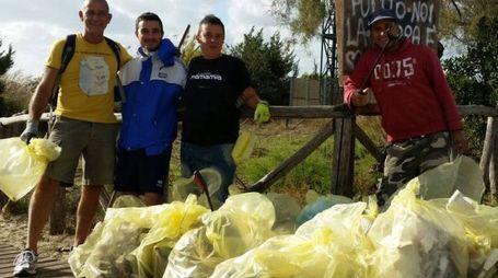 I volontari dei locali friendly coi sacchi riempiti