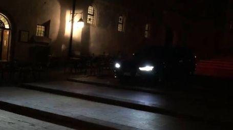 L'auto sulla scalinata davanti al Duomo di Spoleto (Facebook, pagina di Gianluca Lancia)