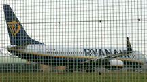 Ryanair cancella i voli, aerei a terra (Ansa)