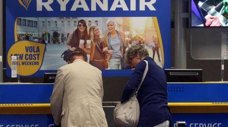Banco del check-in di Ryanair all'aeroporto di Orio al Serio (Ansa)