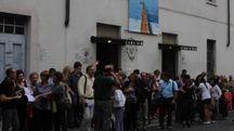 Un'immagine di tre anni fa con gli spettatori fuori dal teatro