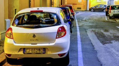 Una delle auto sfasciate in via Bibiena (Foto Schicchi)