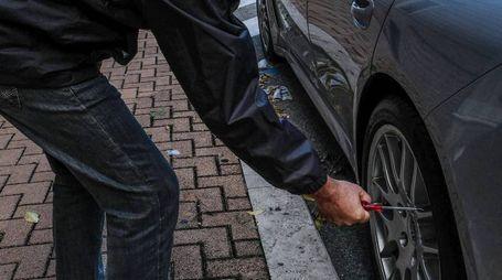 Come un orologio svizzero, un professionista ha danneggiato le auto del suo ignaro rivale