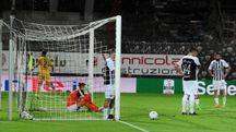Il gol negli ultimi secondi che segna la sconfitta dell'Ascoli (foto Schicchi)