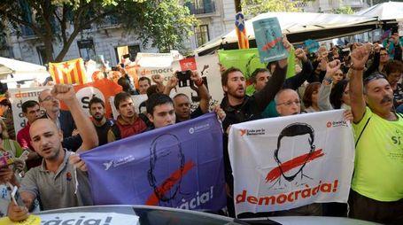 Catalogna, protesta in piazza dopo il blitz della Guardia Civil (Afp)