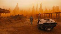 Ryan Gosling in una scena del nuovo film Blade Runner 2049