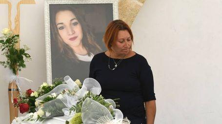 Noemi Durini, la mamma Imma Rizzo alla camera ardente (Lapresse)