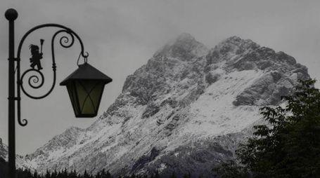 Previsioni meteo, fresco in tutta Italia. Foto: le montagne già innevate di Sappada (Ansa)