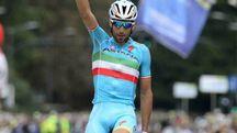 Vincenzo Nibali sul traguardo della Tre Valli Varesine conquistata nel 2015