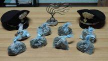 La droga sequestrata dai carabinieri: 9 dosi pronte per essere vendute per un totale di due etti