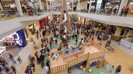 L'affollatissimo centro commerciale di Arese