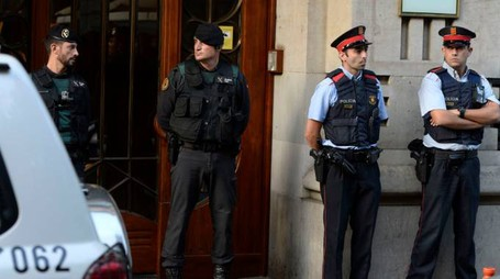 Agenti dei Mossos e della Guardia Civil (Afp)