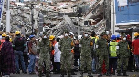 Soldati e soccorritori fermi in strada dopo l'ennesima scossa a Città del Messico (Ansa)