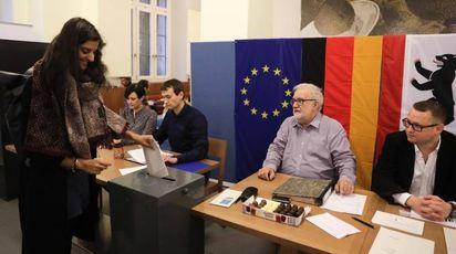 Un seggio elettorale a Berlino (Ansa)