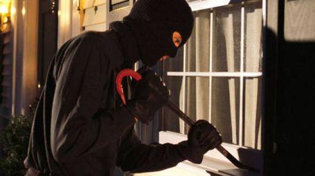 Il ladro era riuscito a forzare la finestra, ma è poi scattato l'allarme