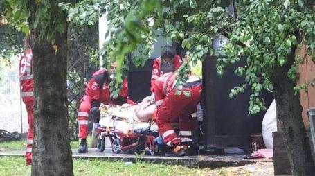 I soccorsi a Davolio  caricato sull'ambulanza