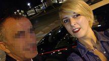 Roberta Rossi si fa un selfie col presunto truffatore del suo fidanzato. Poco dopo sono arrivati anche i carabinieri, chiamati da lei