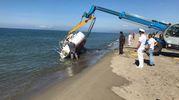 Barca spiaggiata, le operazioni di rimozione