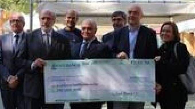 Visso, il board di Emil Banca consegna l'assegno  da 91mila euro al sindaco