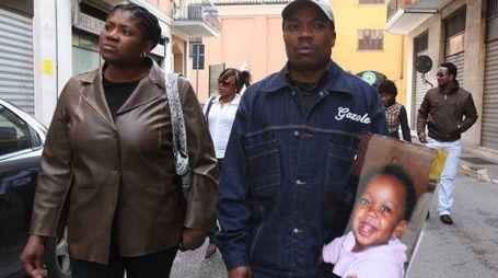 I genitori della piccola con la foto di Rachel Odiase