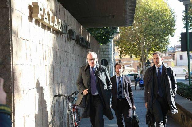 Avvocati della corte entrano in tribunale