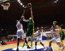 Unicaja Malaga's centre Vladimir Stimac (R) tries to score in front of Emporio Armani Milan's centre Gani Lawal during their group E Euroleague basketball match Emporio Armani Milan vs Unicaja Malaga on February 20, 2014 at the Paladesio stadium in Desio. AFP PHOTO / GIUSEPPE CACACE