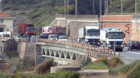 Camion sull'Aurelia alle porte di Livorno (Foto Novi)