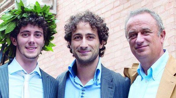 Bologna: Roberto Carisi, al centro, con  il padre  e il fratello Andrea