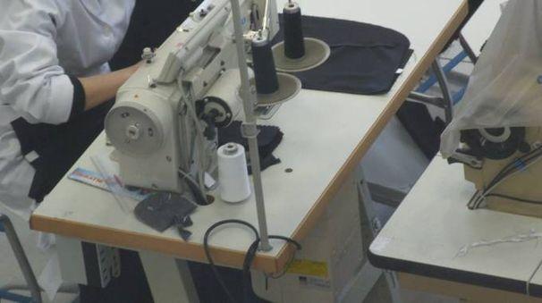 Un laboratorio tessile (foto di archivio)