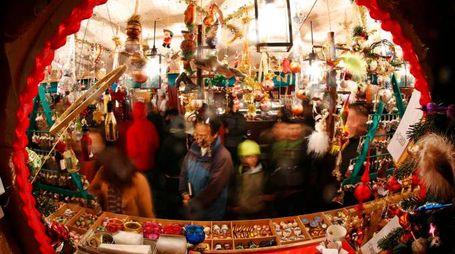 Un mercatino di Natale (Reuters)