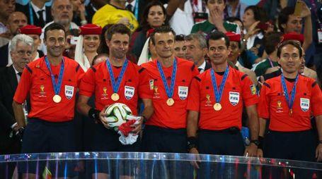Rizzoli e i suoi assistenti sul podio dopo la premiazione (Lapresse)