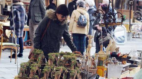 Piccoli presepi in un mercatino (foto archivio)