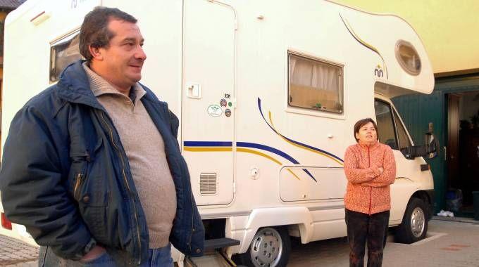 Olindo Romano  e Rosa Bazzi davanti al loro camper nel cortile di via Diaz nei giorni immediatamente successivi alla strage