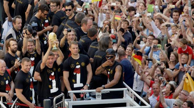 Berlino in piazza per salutare i campioni. Rientro in patria trionfale per la Germania