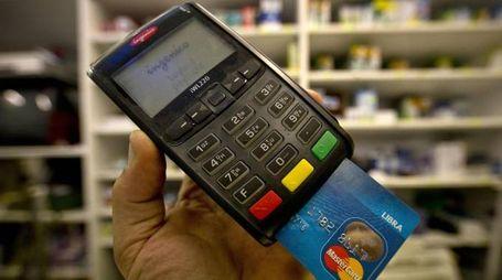 Un pagamento tramite bancomat (Ansa)