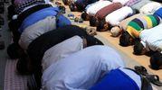 Musulmani in preghiera durante il Ramadan (Olycom)